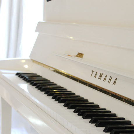 Piano blanc Yamaha accordé
